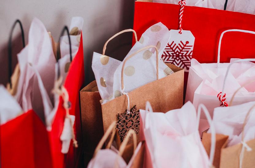 Weihnachten Papiertaschen Merry Xmas Weihnachtsmotiv Weihnachtsmann Weihnachtssterne Nikolaus Druck schnell Größenformate zuverlässig Lieferung schnelle Lieferung preiswert stabil Papierhenkeltaschen Papierkordeltaschen Rot Silber Gold Weiß